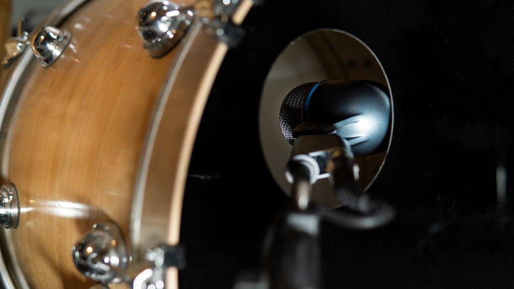 microfono per batteria Shure Beta 52A all'interno della pelle della grancassa