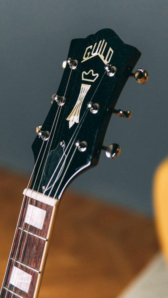 Paletta (headstock) della chitarra elettrica Guild Bluesbird